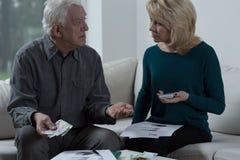 Äldre förbindelse som har finansiella problem Arkivfoto