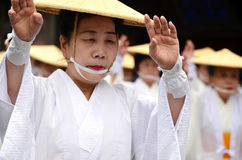 Äldre japansk dansare i vit traditionell kläder under den Aoba festivalen Royaltyfri Foto
