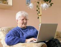 äldre kvinna för bärbar dator Arkivfoto