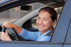 Äldre kvinna i bil Fotografering för Bildbyråer