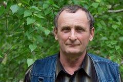 Äldre man med ett leende på hans framsida Arkivfoto