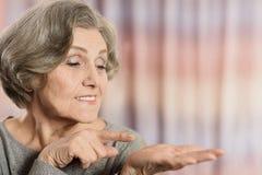 Äldre peka för kvinna Fotografering för Bildbyråer
