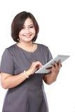 Åldrig affärskvinna för mitt med minnestavladatoren Royaltyfri Foto