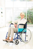 Åldrig kvinna för handikappad en mitt Arkivfoto