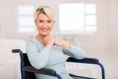 Åldrig kvinna för handikappad en mitt Arkivbild