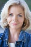 Åldrig kvinna för härlig blond en mitt Arkivfoto