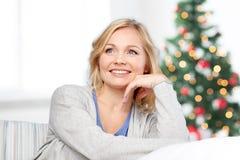 Åldrig kvinna för lycklig mitt på jul Royaltyfri Bild