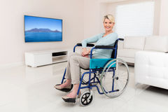 Åldrig kvinna för rörelsehindrad en mitt Arkivbild