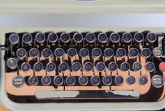 åldrigt ancien QWERTY retro skrivmaskinstappning Royaltyfri Fotografi