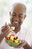 åldrigt för fruktman för äta ny sallad för mitt Fotografering för Bildbyråer