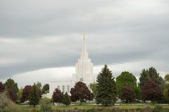 LDS-templet i Idaho faller nära grönt bälte royaltyfri bild