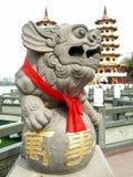 Leão afortunado chinês: Os Pagodas do dragão e do tigre fotos de stock royalty free