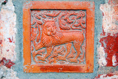 Leão Cauda velha na fachada da igreja do Saint Nicolas em Yaroslavl, Rússia Foto de Stock