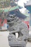 Leão chinês da pedra no monastério de Shaolin, China foto de stock