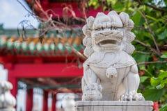 Leão chinês do guardião e pagode japonês Zen Garden Imagens de Stock Royalty Free