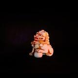 Leão chinês do guardião que inclina sua pata em cima de uma bola bordada Fotografia de Stock Royalty Free