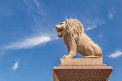 Leão cinzelado do arenito no fundo do céu azul Foto de Stock Royalty Free