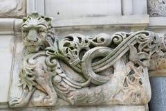 Leão cinzelado na construção Foto de Stock Royalty Free