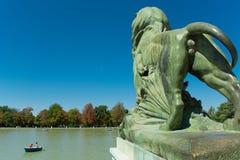 Leão da lagoa, parque da retirada agradável, Madri Imagem de Stock