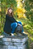 Leão da sela da menina Statuary imagem de stock