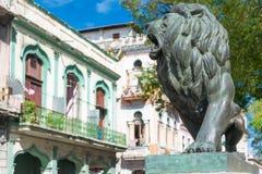 Leão de bronze no EL Prado em Havana Fotos de Stock