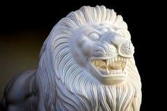 Leão de mármore no fundo preto imagem de stock