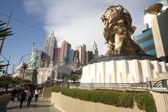 Leão de Mgm Grand e estátua de liberdade foto de stock royalty free