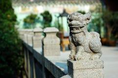 Leão de pedra do templo chinês imagens de stock