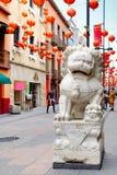 Leão de pedra e lanternas de papel vermelhas no bairro chinês em Cidade do México imagem de stock