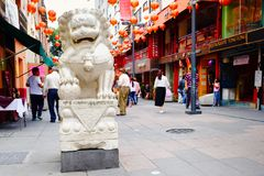 Leão de pedra e lanternas de papel vermelhas no bairro chinês em Cidade do México imagens de stock