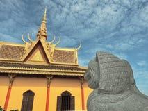 Leão de pedra em um Khmer& x27; pagode de s Imagem de Stock Royalty Free