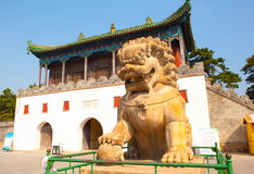 Leão de pedra na frente do gat do templo de Putuo Fotos de Stock Royalty Free