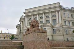 Leão de pedra no instituto hidrometeorológico em Vasilyevsky Island em St Petersburg, Rússia Foto de Stock Royalty Free