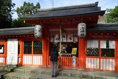 Leão de pedra no santuário de Ujigami, um santuário xintoísmo na cidade de Uji na prefeitura de Kyoto, Japão foto de stock royalty free