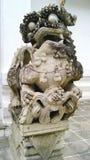 Leão de pedra o protetor do templo em Wat Suthat, Thailanf imagens de stock royalty free
