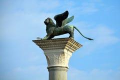 Leão de St Mark em uma coluna em Veneza - Itália foto de stock