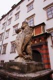 Leão que guarda a entrada à escola de montada espanhola no palácio de Hofburg em Vienn fotos de stock royalty free