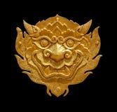 Leão-singha dourado da arte tailandesa antiga isolado no fundo preto Fotografia de Stock Royalty Free