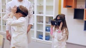 Leçon à l'école avec des verres de VR Thème moderne d'éducation banque de vidéos