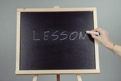 Leçon écrite dans la craie blanche sur un tableau noir Image libre de droits