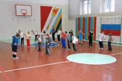 Leçon d'éducation physique à l'école primaire image libre de droits
