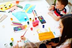 Leçon d'art dans le jardin d'enfants Images stock