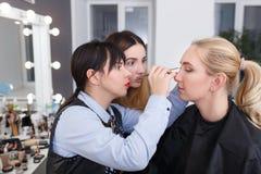 Leçon de cours de maquillage Photos stock