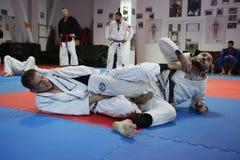 Leçon de judo - technique de soumission image libre de droits