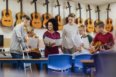 Leçon de musique à l'école photo stock