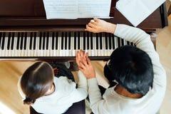 Leçon de piano à une école de musique Photographie stock