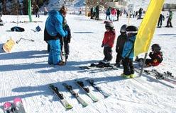 Leçon de ski pour des enfants Images stock