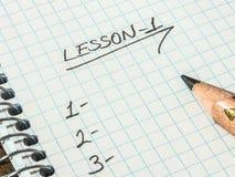 Leçon et crayon noir sur le carnet image libre de droits