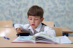 Leçon. Jeune écolier. Image libre de droits