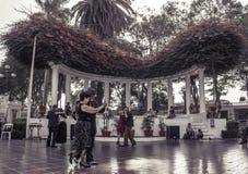 Leçons de tango en parc de Barranco à Lima, Pérou Photographie stock libre de droits